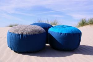 Meditationskissen mit Filzoberfläche in Blautönen